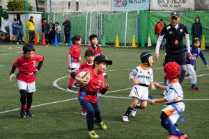 Ninja class の男の子がボールを持って走っています